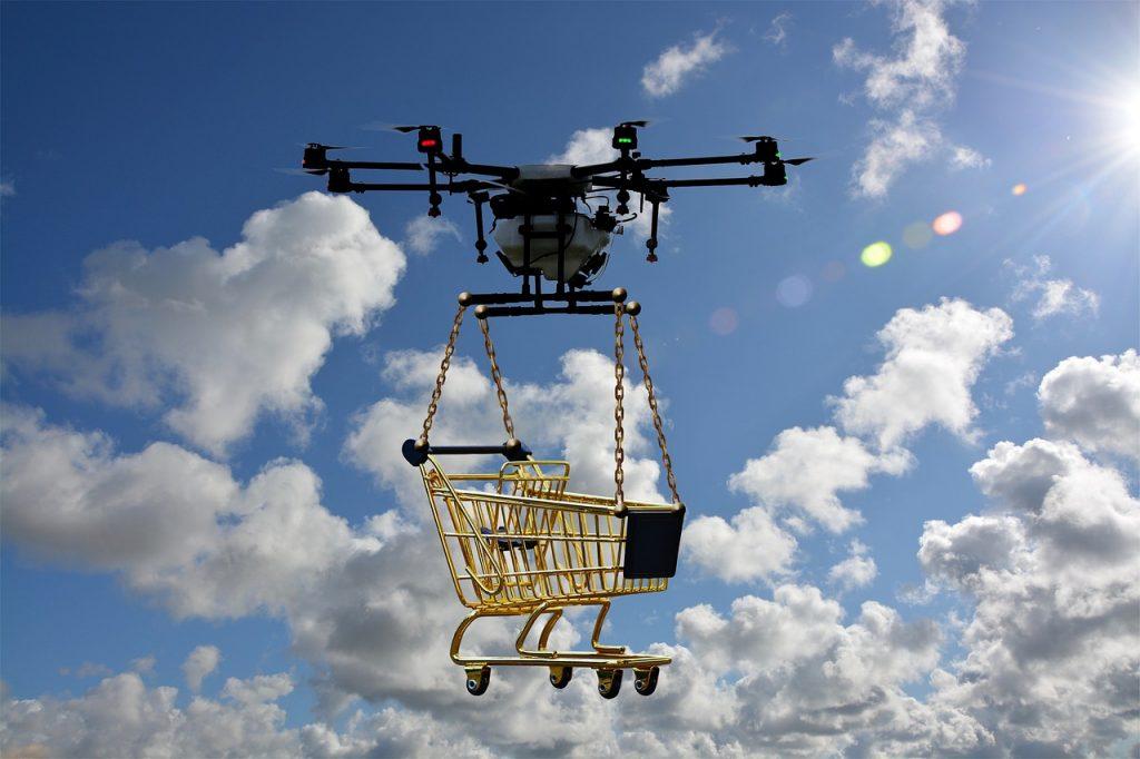 Envío de paquetes y la cesta de la compra con el dron